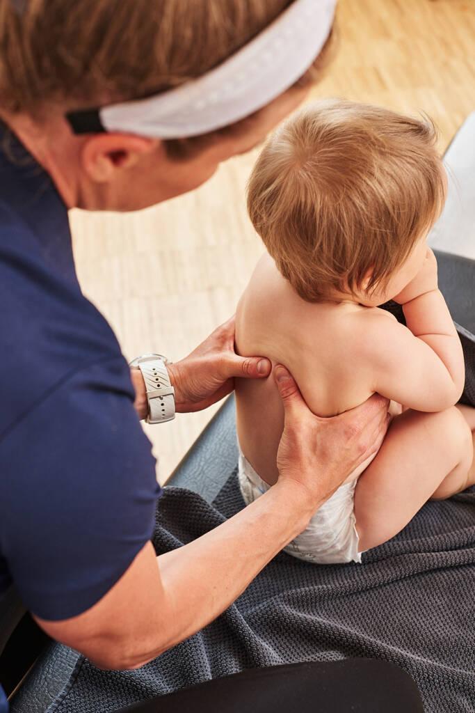 Undersøkelse og behandling av spedbarn hos kiropraktor